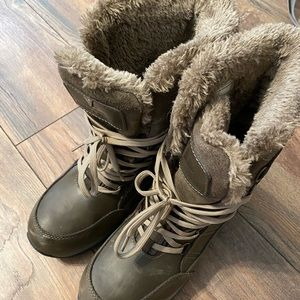 Insulated women's winter boots size 10